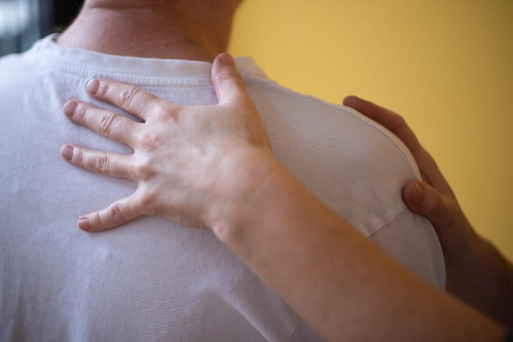 manuelle Behandlung der Schulter