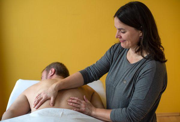 Christiane Brdiczka behandelt einen Klienten