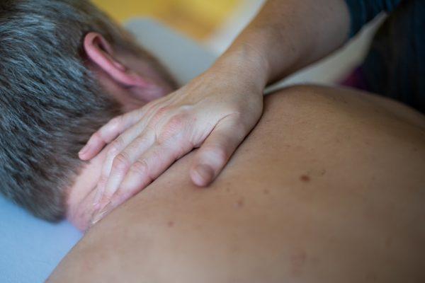 manuelle Behandlung des Nackens